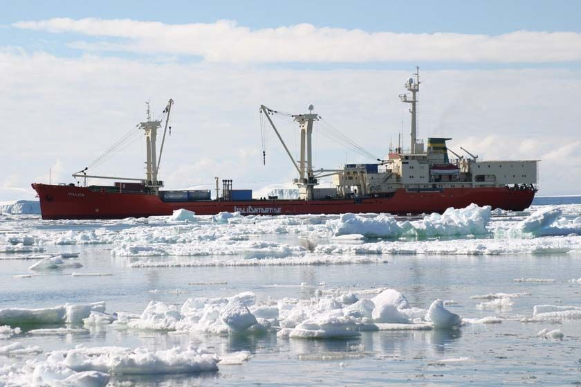 Una nave cargo nel ghiaccio