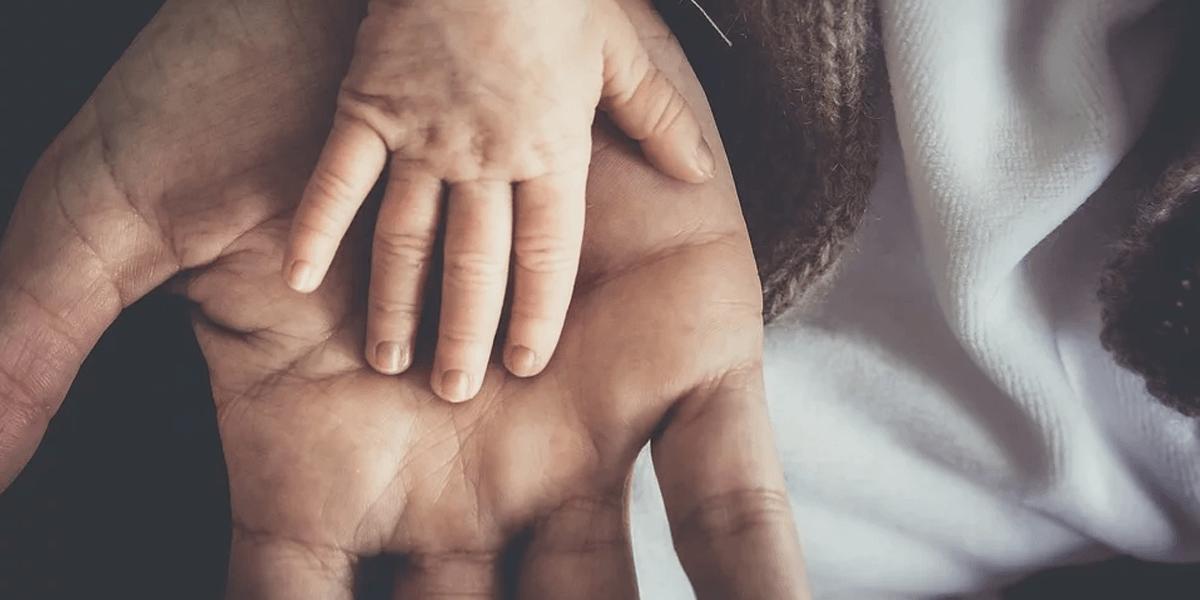 La mano di un genitore